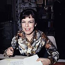 """Cécile Aubry dédicace son livre """"Sébastien et la Mary-Morgane"""" dans une grande librairie de la rive gauche le 9 avril 1970"""