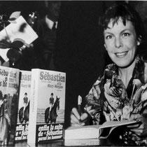 """Cécile Aubry dédicace son livre """"Sébastien et la Mary-Morgane"""" dans une grande librairie de la rive gauche le 9 avril 1970 © Universal Photo (ebay)"""