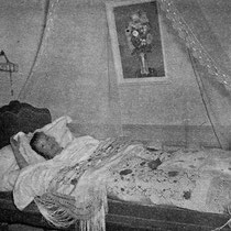 Dans sons lit de jeune fille, Anne-José Bénard se réveille comme elle l'a fait depuis dix-neuf ans. Murs blancs et roses, longs rideaux d'organdi