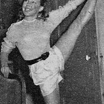 Exercices de gymnastique pour entretenir une souplesse de chatte. La danseuse de l'Opéra, Camille Bos, lui donne une heure de leçon tous les jours.