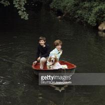 Mehdi et Cécile Aubry en barque sur la Rémarde en mai 1970