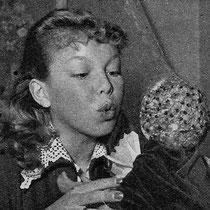 Une bise de loin à la grosse poupée (qui a appartenu à maman autrefois), coifée d'une résille pour ne pas devenir complètement chauve.