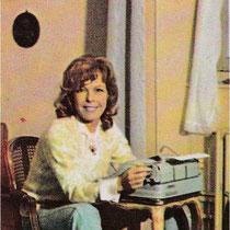 Cécile Aubry à sa machine à écrire dans son grenier du Moulin Bleu en 1968