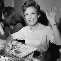 Cécile Aubry à la vente des écrivains au Pen Club de Paris en décembre 1963 © Boris Lipnitzki Roger-Viollet (parisenimages.fr)