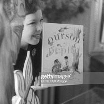 """En juin 1956, dans sa propriété du Moulin Bleu, Cécile Aubry présente son livre de contes """"Ourson et Pepito"""" dédié à son bébé Mehdi, 1 mois.  Les histoires ont été inspirées par les animaux qui peuplent le Moulin Bleu. © gettyimages"""