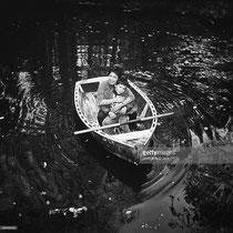 Mehdi et Cécile Aubry en barque sur la Rémarde en 1965