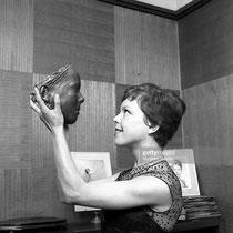 Cécile Aubry présente une sculpture de bronze de son visage © gettyimages