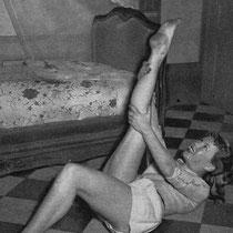 Sur le lit, un châle brodé que maman a rapporté de Chine juste avant la naissance de Cécile.