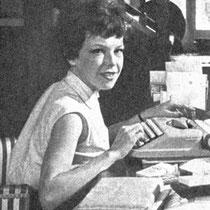 Cécile Aubry à sa machine à écrire dans son grenier du Moulin Bleu en 1960