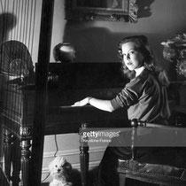 Cécile Aubry joue du piano avec Satin à ses pieds © gettyimages