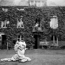 1956, Cécile Aubry et Mehdi bébé dans les bras © gettyimages