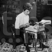 Cécile Aubry à sa machine à écrire dans son grenier du Moulin Bleu en 1961 © tips