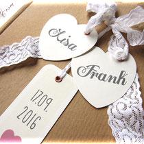 Filigraner Buchschmuck auf robustem Einband: weiße Spitze und individuelle Labelformen mit Hohlniet in Pastelltönen bedruckt.
