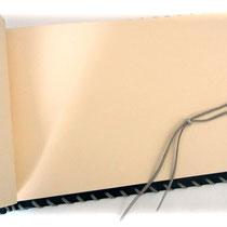 Der Buchbblock des Ledergästebuches, bestehend aus 80 Blatt/160 Seiten Künstlerpapiers mit interessanter Oberflächenkörnung (160 g/m²) der Farbe crema, ist von Hand fadengeheftet und mit jedwedem Schreibgerät beschreibbar.