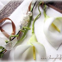 Coverdekoration: naturweißes Organzaband, grünes und kupferfarbenes Satinband, braune Kordel, champagnerfarbene Perlen und weiße Seiden-Callas.
