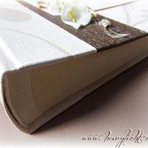 Der verarbeitete Fotoalbum-Buchblock ist aus elfenbeinfarbenem Fotokarton, mit leinengeprägtem Pergaminpapier als Zwischenlage, und mit einer Grammatur von 200g/m² von bester Qualität. Er umfaßt 50 Blatt / 100 Seiten für Fotos und Text.