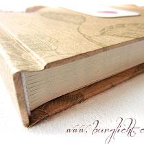 Durch den randlosen Druck und des 3-seitigen Beschneidens des Buchblockes entsteht eine Art Marmorierung der Buchschnitte.