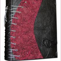 Der Hardcovereinband ist ganzflächig mit hochwertigem schwarzen Lederimitat in Crashoptik und die Korsett-Teile mit ausgefallenem, bordeauxfarbenen Crash-Stoff bezogen. Dieser ist stretchartig, geschwungen gesteppt und mit kleinen Pailletten versehen.