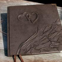 Sonderanfertigung eines Gästebuches - Hardcovereinband mit Relief, bezogen mit hochwertigem Velour-Lederimitat in dunkelbraun, mit schützenden antikmessingfarbenen Buchecken aus Metall.