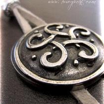 Ledereinband mit kletischem Knoten aus antiksilberfarbenem Metall als wirkungsvoller Buchverschluss.