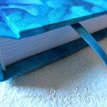 Der von Hand fadengeheftete Buchblock ist aus weißem 120g-Blankopapier. Diese traditionelle und aufwendige Buchbindetechnik gewährleistet eine hohe Lebensdauer. Versehen mit einem farblich passendem Lesebändchen.
