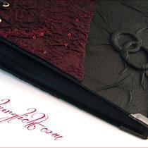 Das aparte Fotoalbum ist mit einem schwarzen Fotoalbum-Buchblock ausgestattet. Die ineinander verschlungenen Ringe befinden sich unter dem Bezugsstoff. Die antik-mattschwarzen Metall-Buchecken unterstützen das Gesamtkonzept.