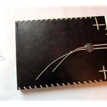 EchtLeder-Einband - Großes Gästebuch im Format 35cm x 25cm. Hardcovereinband bezogen mit hochwertigem Glattleder schwarzbraun geflammt. Weich, leichtglänzend und mit antikem Charakter.