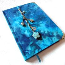 Poesiealbum - Der Einband des Hardcoverbuches ist ganzflächig mit Batik-Stoff bezogen. Wundervolle Farbübergänge von dunkelblau, zu türkis, bis hellblau. Gut geschützt mit silberfarbenen Buchecken.