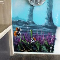 Graffitikünstler  gestaltet innenraum mit Unterwasserlandschaft Tieren und Wrack