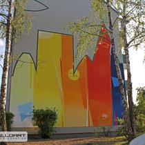 Giebelgestaltung mit buntem Bild zur Freude der Mieter und der Graffitiauftrag Auftraggeber Wohnungsbau