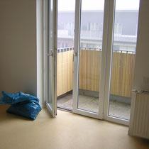 was ist das denn? eine Tür zum Garten und dahinter gleich eine Wand? wie blöde ist das denn, wuff?