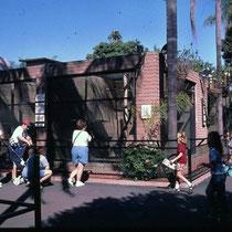 Und das ist eine Reihe von Käfigen im Zoo San Diego.