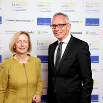 Bundesbildungsministerin Prof. Dr. Johanna Wanka (l.) und Dr. Jörg F. Maas (r.), Hauptgeschäftsführer der Stiftung Lesen