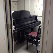 C1のグランドピアノがあります。
