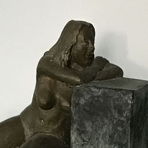 Akt, nachdenklich, Bronze 15 x 25 cm