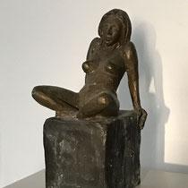 Akt, sitzend auf Sockel, Bronze 23 x 12 cm