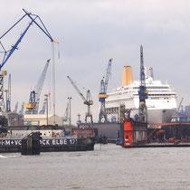 Trockendock mit Kreuzfahrtschiff