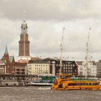 Landungsbrücken mit Hafenrundfahrtbooten
