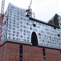 Die Fassade der Elbphilharmonie im Bau