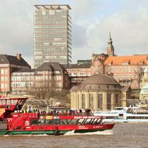 Kuppelgebäude über den Fahrstühlen des Alten Elbtunnel auf der Hamburg-City-Seite