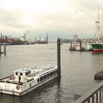 Blick von den Landungsbrücken elbabwärts in den Hafen