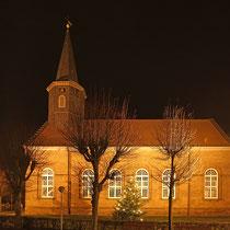 Die Kirche gegenüber des Rathauses
