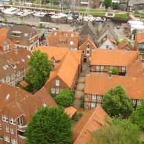 Blick auf die historische Innenstadt, oben der Stadthafen