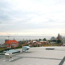 Blick auf die Hafenwelten mit Einwandererhaus und Leuchtturm