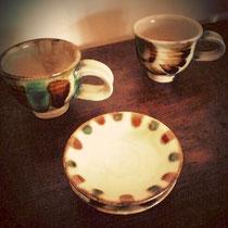 マグカップ1300円、小皿700円