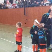 Holger mit den G-Jugendlichen bei der Siegerehrung der D-Jugend