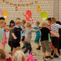 <h3><br><br><br><br><br><br>Klasse 2a tanzt eine Polka<h3>