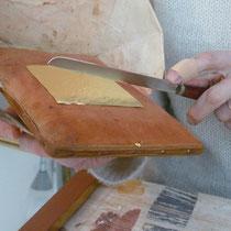 feuille d'or déposée sur le coussin