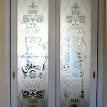 белые раздвижные двери с рисунком