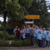 TF 2012 - Theaterfreunde bringen Hinweisschild zum Pfarrheim an